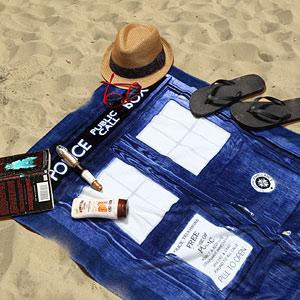ec65_doctor_who_tardis_beach_towel_inuse