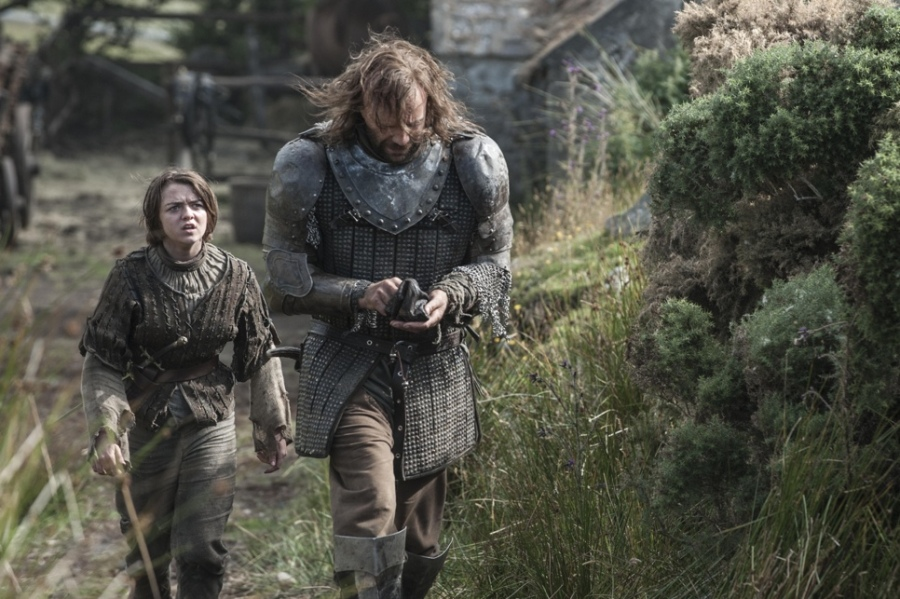 game-of-thrones-season-4-Maisie-Williams-as-Arya-Stark-Rory-McCann-as-Sandor-The-Hound-Clegane_photo-Helen-Sloan_HBO-2