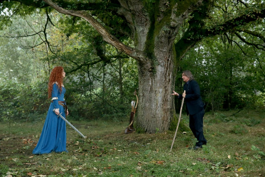 "ONCE UPON A TIME - ""Dreamcatcher"" - In Camelot, as Mary Margaret and David attempt to retrieve the Dark One dagger, Emma uses a dreamcatcher to look into the past to see how Merlin was transformed into a tree. Together, Emma and Regina figure out the critical ingredient they must acquire to free Merlin, but it's a race against Arthur, who does not want Merlin released. Meanwhile, with encouragement from his moms, Henry musters up the courage to ask Violet on a date. Back in Storybrooke, the heroes break into Emma's house hoping to locate Gold, but what they find will give them a glimpse of Emma's end game. Far from prying eyes, Merida sets about the mission Emma has tasked her with and begins molding Gold into the hero they need to draw Excalibur, on ""Once Upon a Time,"" SUNDAY, OCTOBER 25 (8:00-9:00 p.m., ET) on the ABC Television Network. (ABC/Jack Rowand) AMY MANSON, ROBERT CARLYLE"