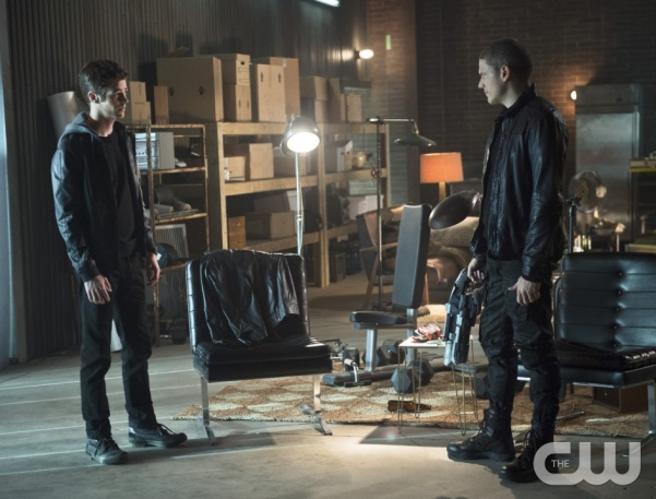 """The Flash -- """"Family of Rogues"""" -- Image FLA203b_0049b.jpg -- Pictured (L-R): Grant Gustin as Barry Allen and Wentworth Miller as Leonard Snart -- Photo: Diyah Pera/The CW -- © 2015 The CW Network, LLC. All rights reserved."""