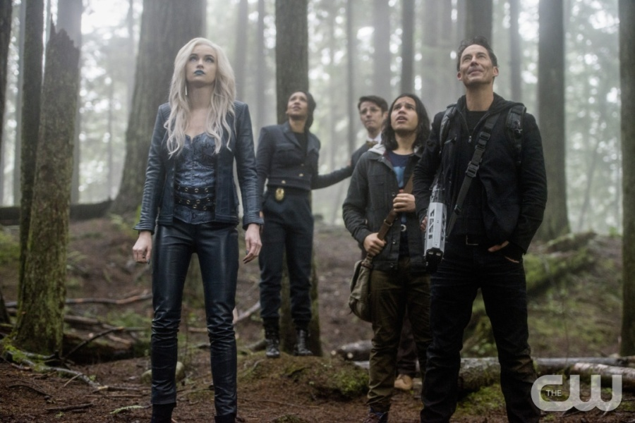 "The Flash -- ""Escape From Earth-2"" -- Image FLA214b_0224b -- Pictured (L-R): Danielle Panabaker as Killer Frost, Candice Patton as Earth 2 Iris West, Grant Gustin as Earth 2 Barry Allen, Carlos Valdes as Cisco Ramon, and Tom Cavanagh as Harrison Wells -- Photo: Bettina Strauss/The CW -- © 2016 The CW Network, LLC. All rights reserved."