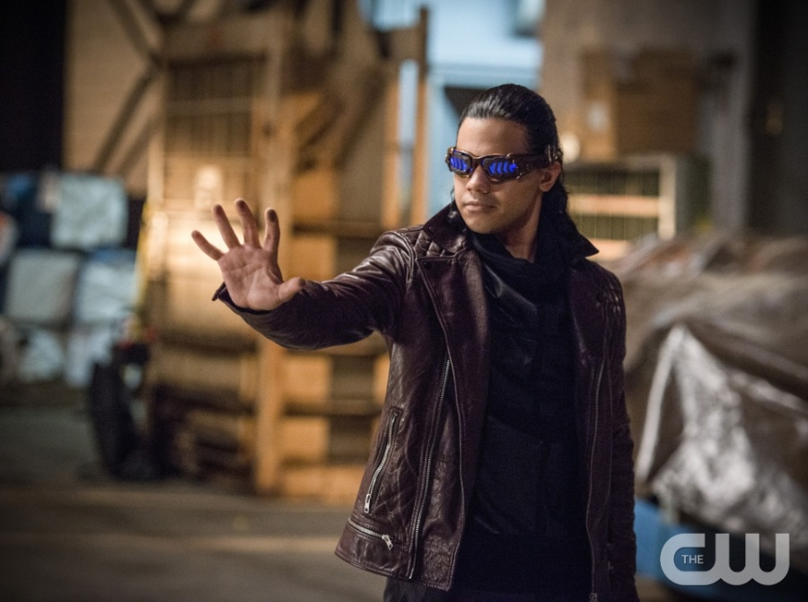 """The Flash -- """"Welcome to Earth-2"""" -- Image FLA213a_0200b -- Pictured: Carlos Valdes as Reverb -- Photo: Diyah Pera/The CW -- © 2016 The CW Network, LLC. All rights reserved."""