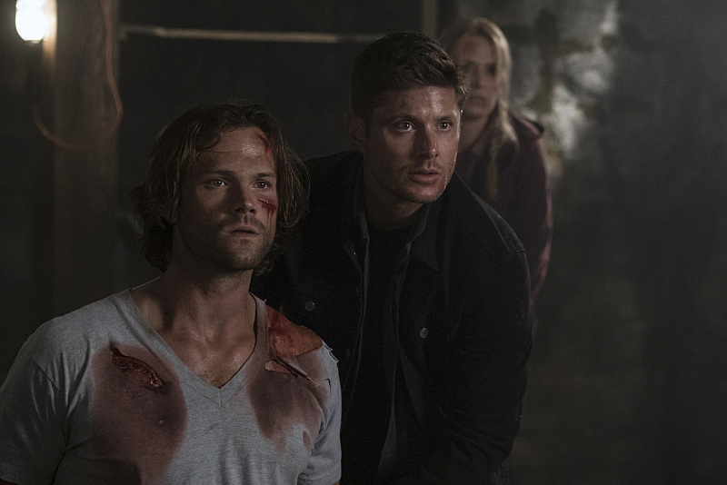 """Supernatural -- """"Mamma Mia"""" -- SN1202b_0196.jpg -- Pictured (L-R): Jared Padalecki as Sam, Jensen Ackles as Dean and Samantha Smith as Mary Winchester -- Photo: Katie Yu/The CW -- © 2016 The CW Network, LLC. All Rights Reserved"""