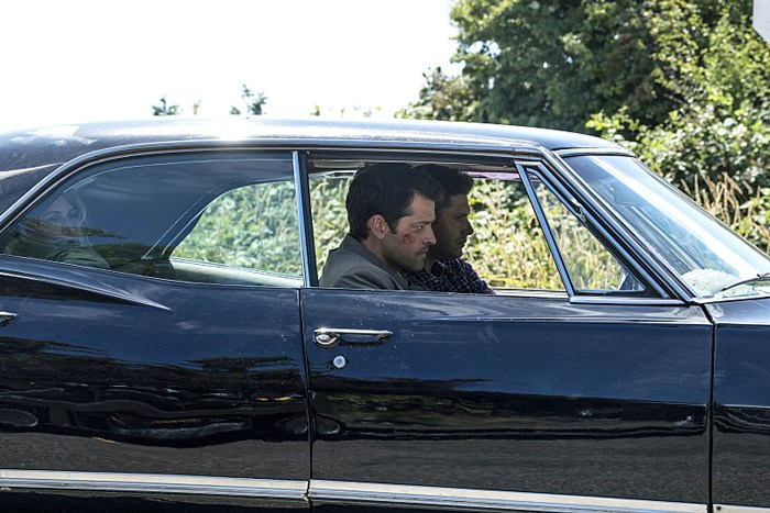 """Supernatural -- """"Keep Calm and Carry On"""" -- SN1201a_0031.jpg -- Pictured (L-R): Samantha Smith as Mary Winchester, Misha Collins as Castiel and Jensen Ackles as Dean -- Photo: Katie Yu/The CW -- © 2016 The CW Network, LLC. All Rights Reserved"""
