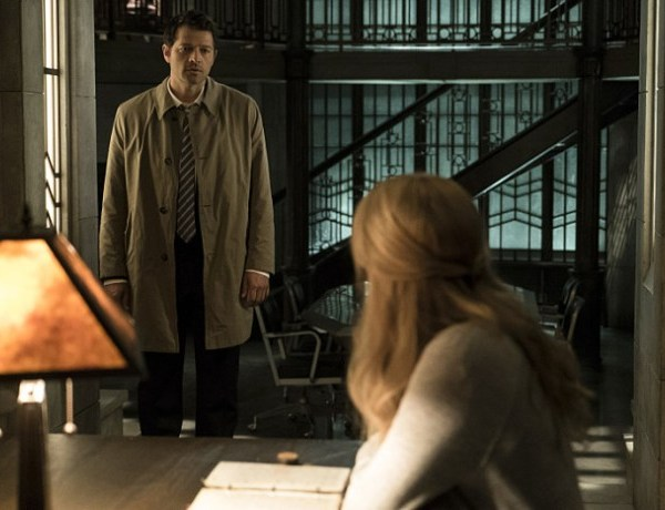 """Supernatural -- """"The Foundry"""" -- SN1203b_0014.jpg -- Pictured (L-R): Misha Collins as Castiel and Samantha Smith as Mary Winchester -- Photo: Katie Yu/The CW -- © 2016 The CW Network, LLC. All Rights Reserved"""