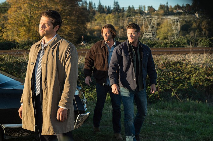 """Supernatural --""""LOTUS""""-- SN1208b_0317.jpg -- Pictured (L-R): Misha Collins as Castiel, Jared Padalecki as Sam and Jensen Ackles as Dean -- Photo: Diyah Pera/The CW -- © 2016 The CW Network, LLC. All Rights Reserved"""