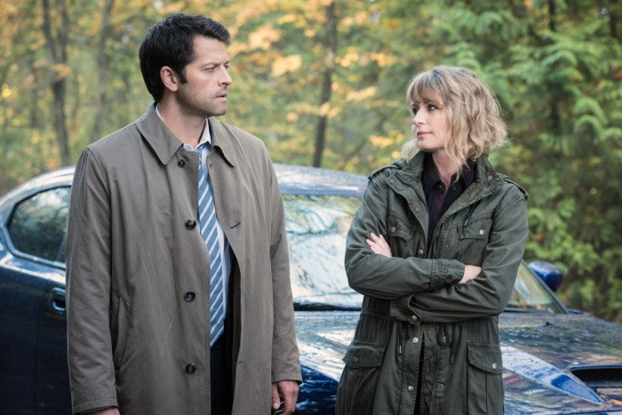 """Supernatural --""""First Blood""""-- SN1209b_0042.jpg -- Pictured (L-R): Misha Collins as Castiel and Samantha Smith as Mary Winchester -- Photo: Dean Buscher/The CW -- © 2016 The CW Network, LLC. All Rights Reserved"""
