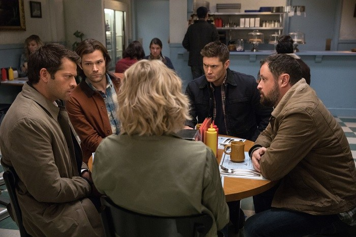 "Supernatural --""Stuck in the Middle (With You)""-- SN1212b_0076.jpg -- Pictured (L-R): Misha Collins as Castiel, Jared Padalecki as Sam, Jensen Ackles as Dean, Donavon Stinson as Wally and Samantha Smith as Mary Winchester -- Photo: Jack Rowand/The CW -- © 2017 The CW Network, LLC. All Rights Reserved"